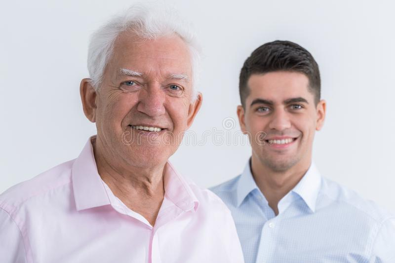 在父亲和儿子之间的友谊 免版税库存照片