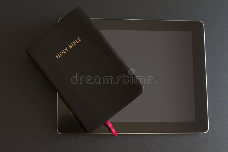 在片剂个人计算机的圣经 免版税库存图片