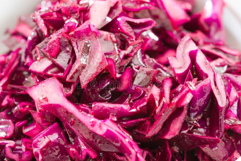 在片断切的红叶卷心菜沙拉 免版税图库摄影