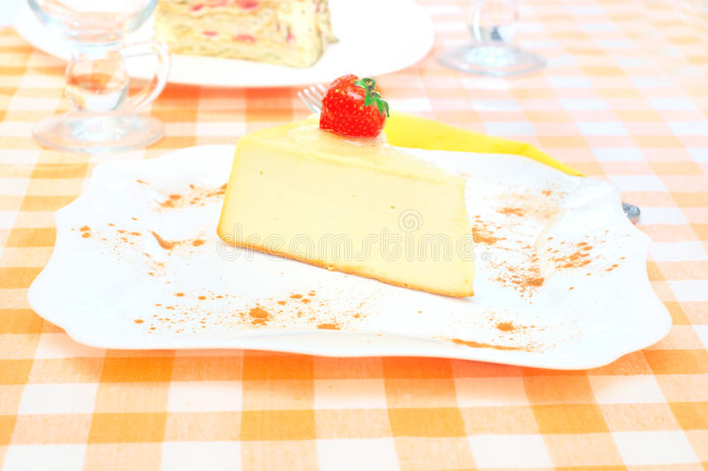 Download 在牌照的乳酪蛋糕 库存照片. 图片 包括有 咖啡馆, 牌照, 构成, 细菌学, 食物, 口味, 蛋糕, 草莓 - 62538250