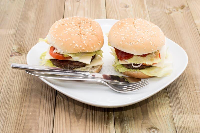 在牌照的二个乳酪汉堡 免版税库存图片