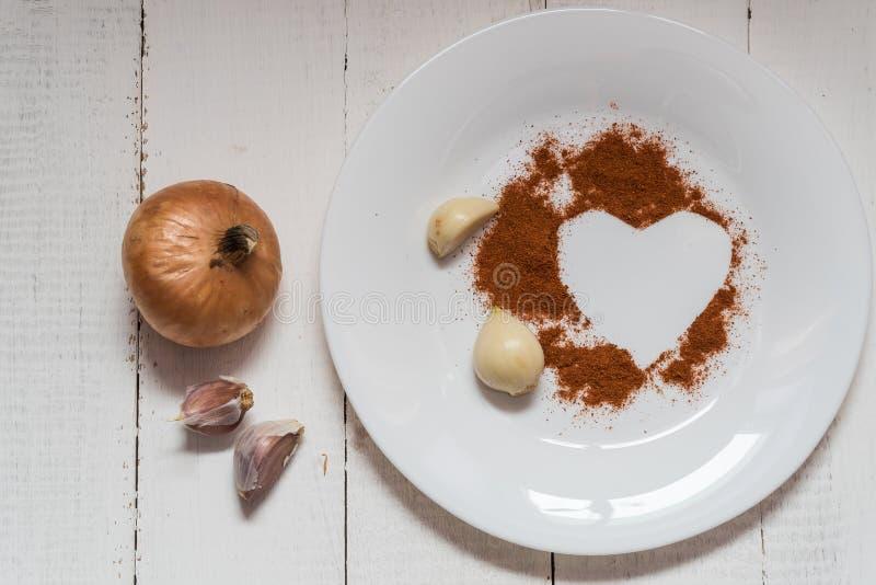 在牌照的香料 大蒜葱以心脏的形式胡椒香料 库存照片