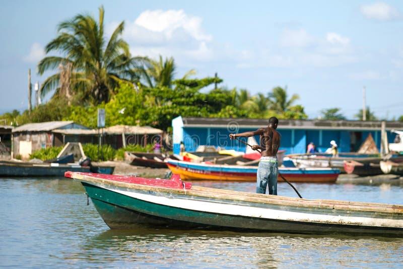 在牙买加岸的老木小船 图库摄影