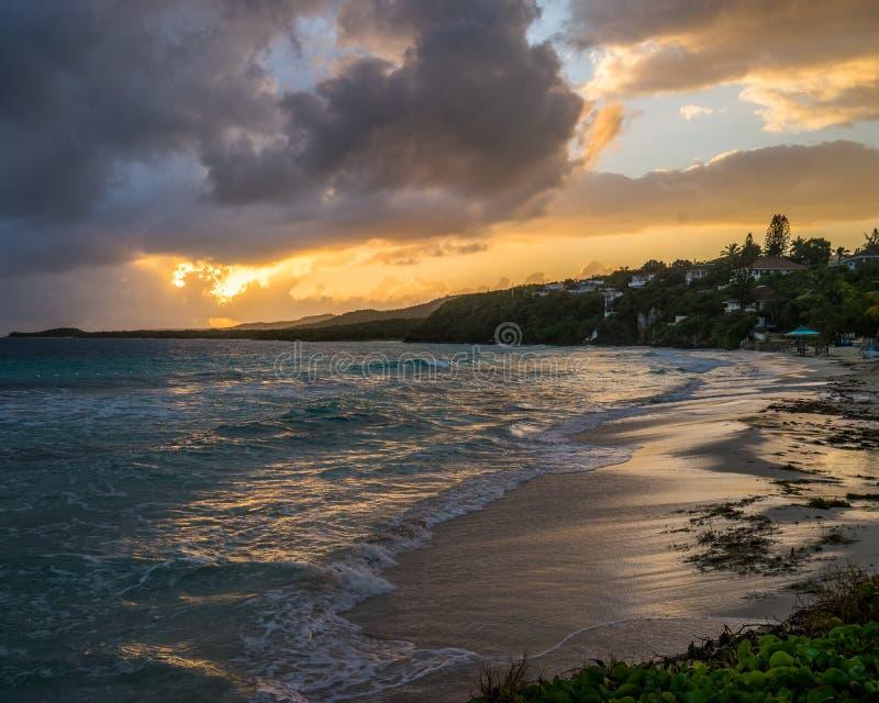 在牙买加海洋海滩的日出 图库摄影