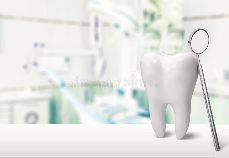 在牙医诊所的大牙和牙医镜子 免版税库存照片