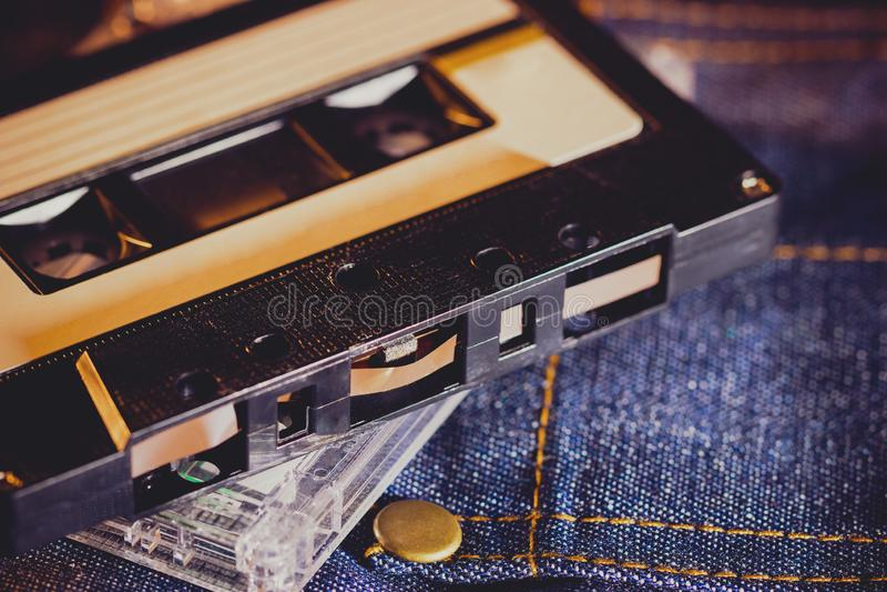 在牛仔裤织品的盒式磁带在黑暗中 库存照片