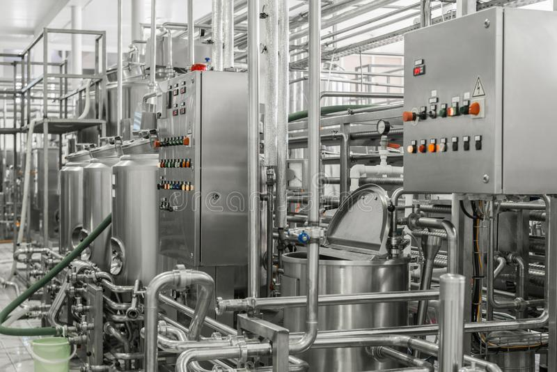 在牛奶工厂的设备 库存图片
