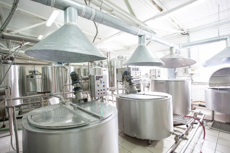 在牛奶店新的明亮的牛奶工厂的储水池 库存照片
