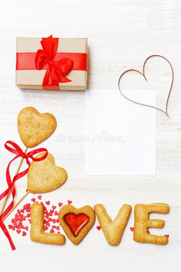 在牛皮纸包裹的空插件、礼物和自创曲奇饼 免版税库存图片