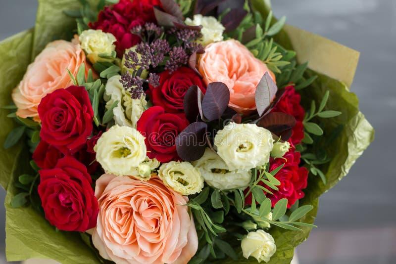 在牛皮纸的花束 花和绿色简单的花束  免版税图库摄影