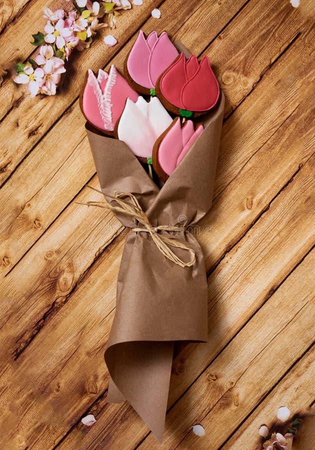 在牛皮纸的郁金香在木背景 免版税图库摄影