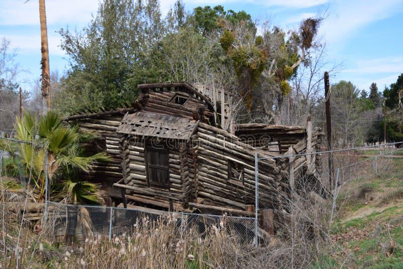 在牡鹿公园,倍克斯城,加州的下落的原木小屋 库存图片