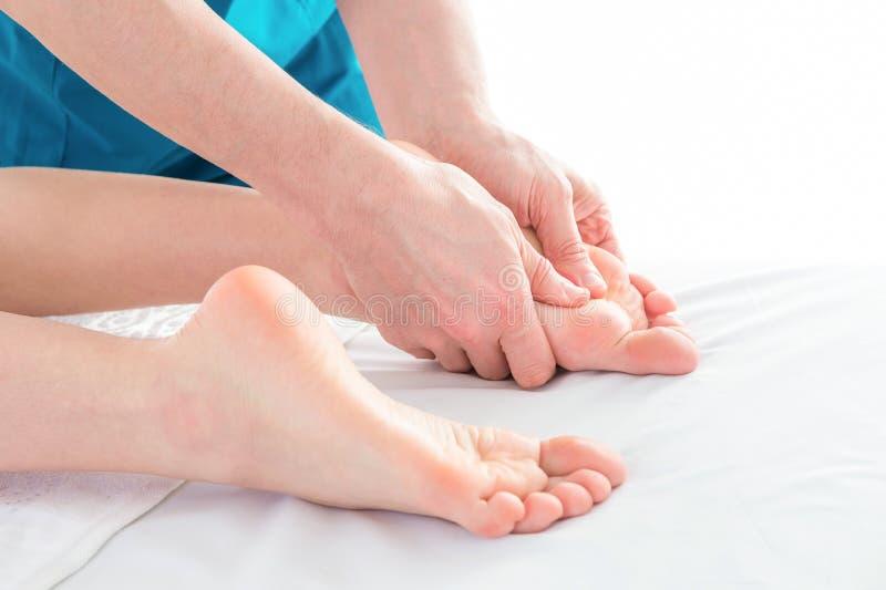 在物理疗法诊所的脚按摩,特写镜头 免版税图库摄影