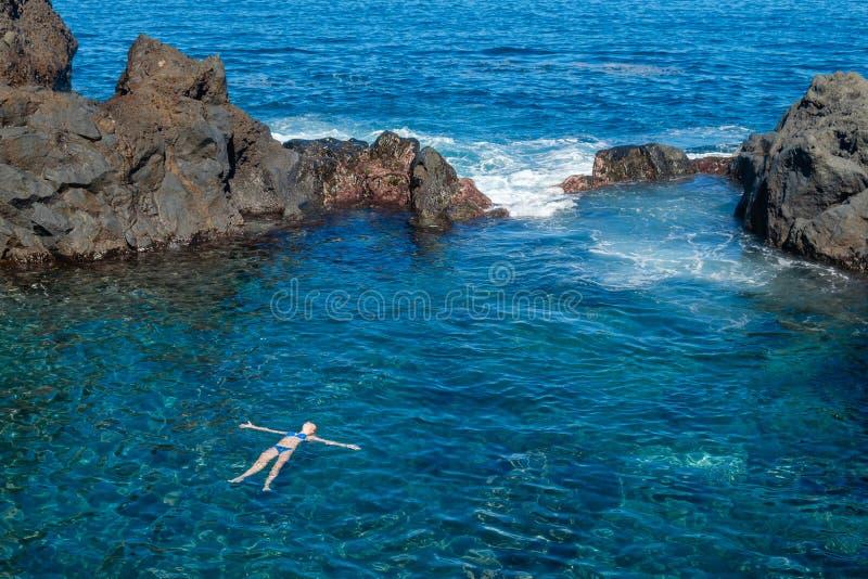在特内里费岛海岛上的自然游泳池 免版税库存照片