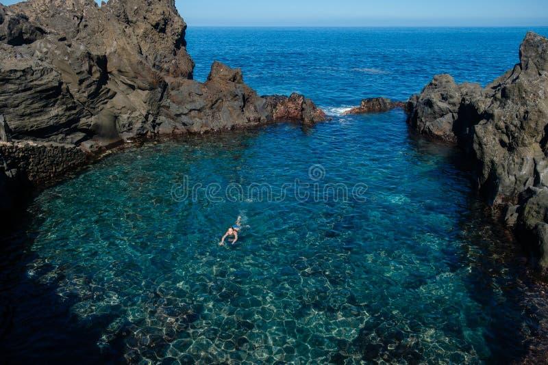 在特内里费岛海岛上的自然游泳池 库存照片