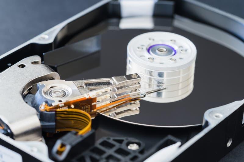 在特写镜头,纺锤,驱动杆,读写头,盛肉盘里面的被拆卸的硬盘驱动器 免版税库存图片