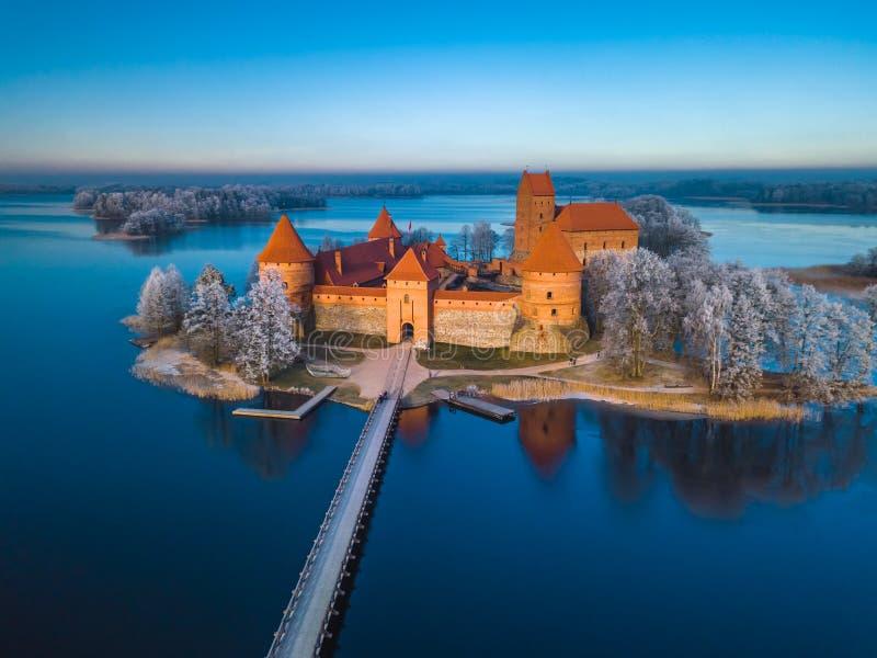 在特拉凯城堡上在冬天,空中 免版税库存图片