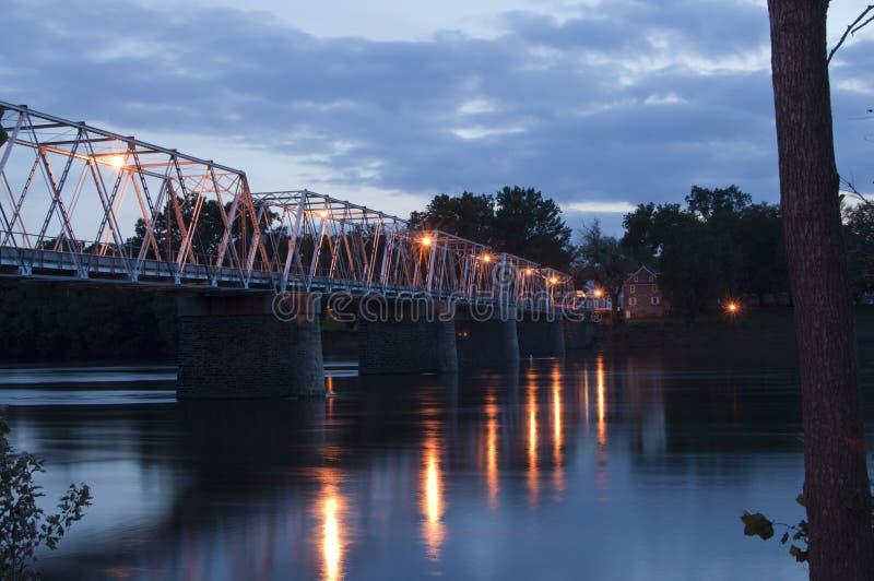在特拉华河的桥梁黄昏的 库存照片