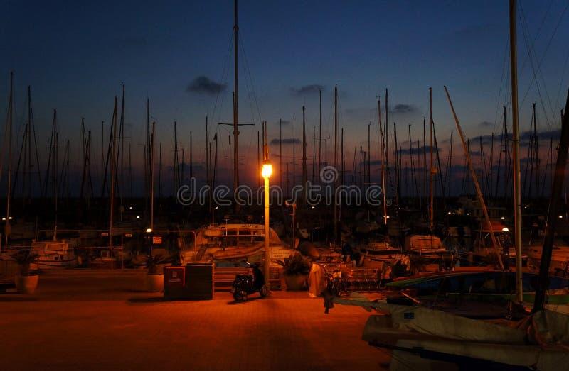 在特拉维夫小游艇船坞停泊的游艇夜间的 免版税库存照片