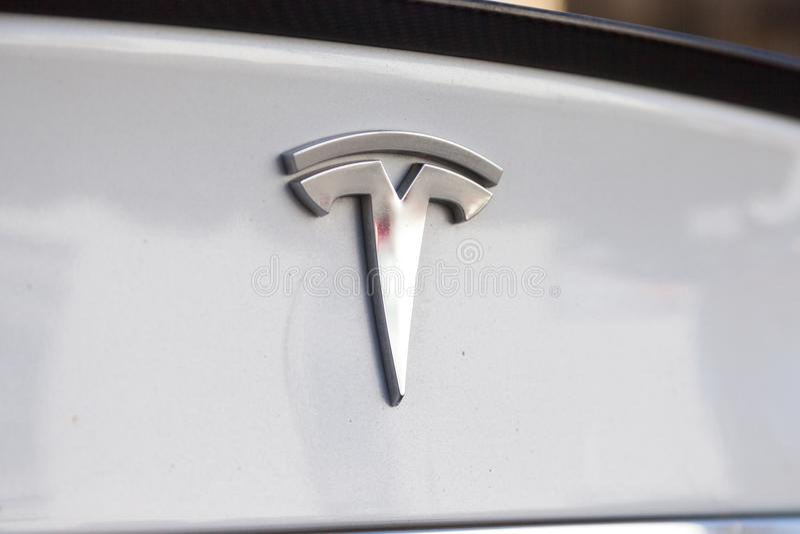 在特斯拉汽车的特斯拉商标 图库摄影