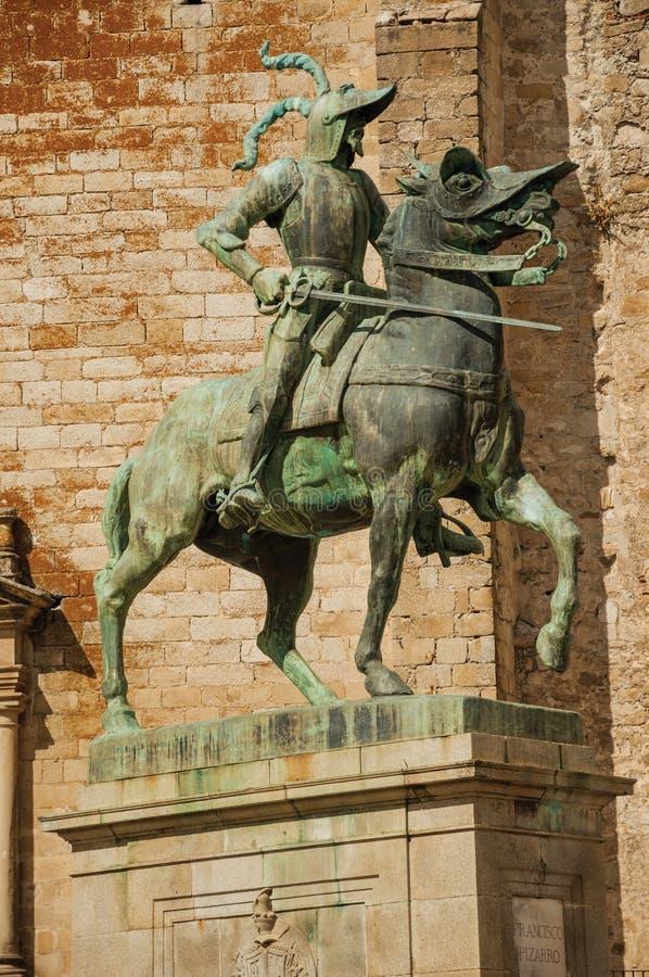 在特鲁希略角马约尔广场的皮萨罗骑马雕象  免版税库存图片