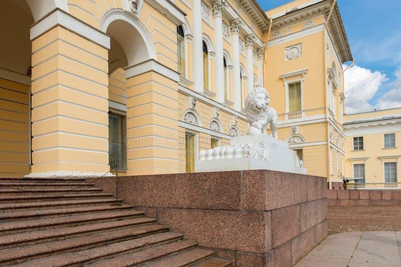 在状态俄国人博物馆附近的狮子雕象 库存图片