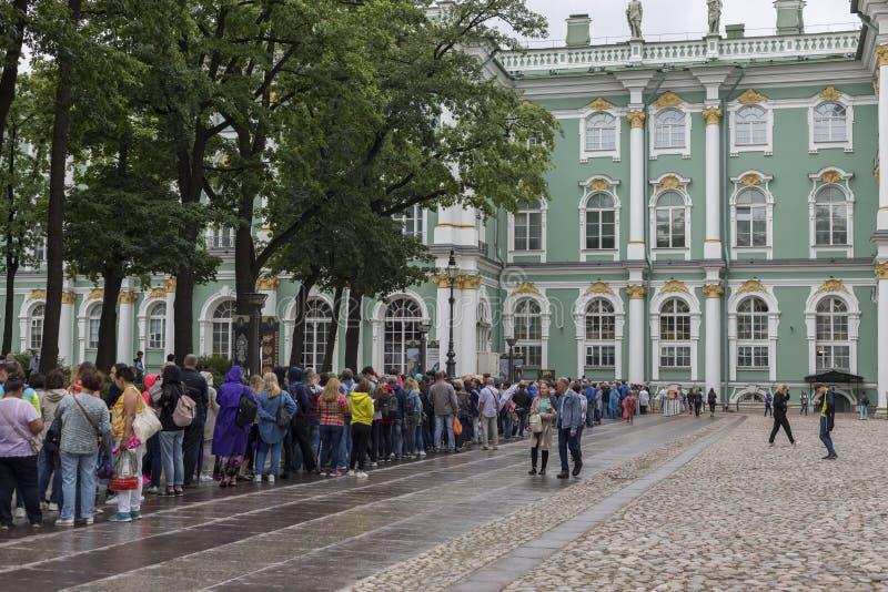 在状态埃尔米塔日博物馆的队列在圣彼德堡 免版税库存照片