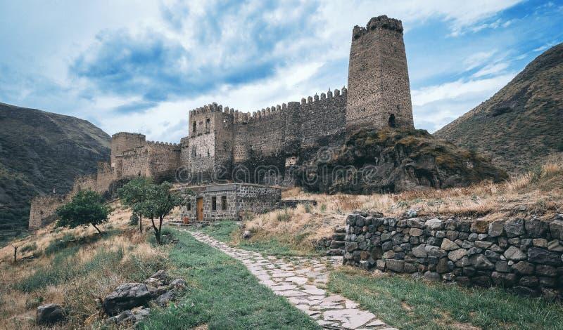 在状态的老城堡在山中在风雨如磐的天空下 库存图片