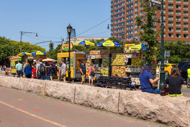 在状态街道,街市曼哈顿的街道食物五颜六色的供营商推车 免版税库存图片