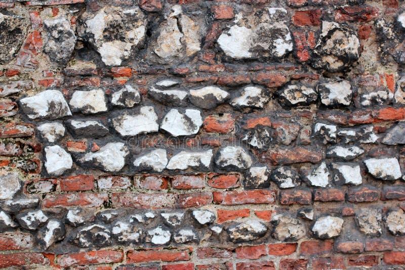 在犹太教堂附近的老腐朽的墙壁从砖和大石头克拉科夫,波兰 免版税库存图片