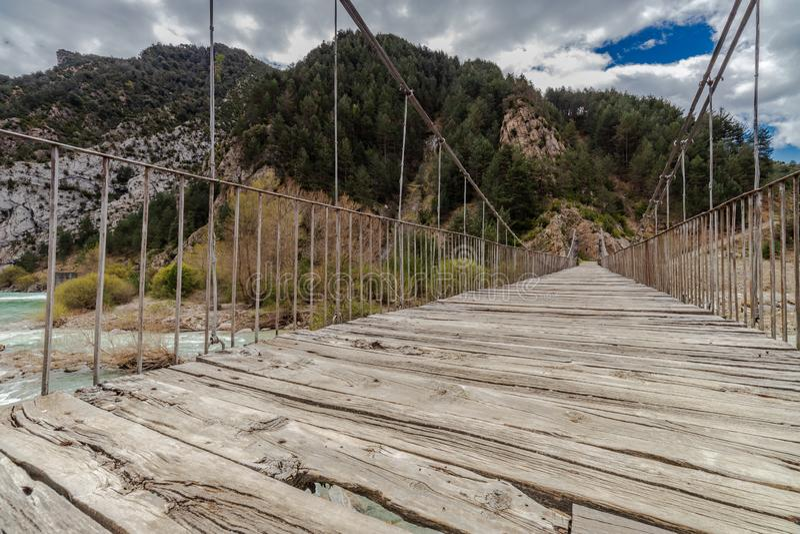 在狂放的河的吊桥 免版税库存图片