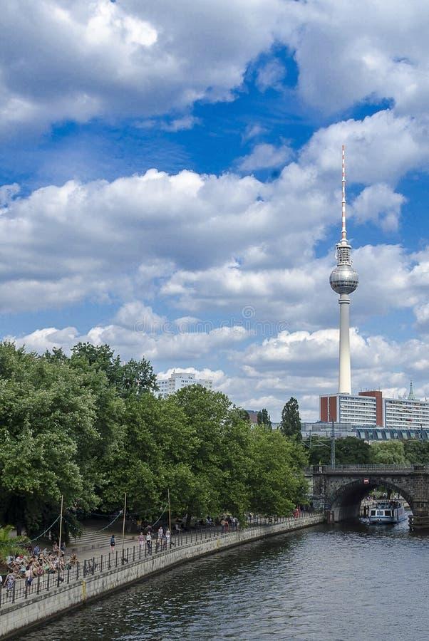在狂欢河附近的柏林历史的东部电视塔 图库摄影