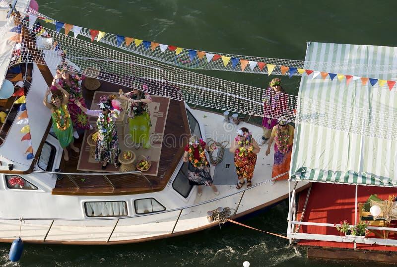 在狂欢节船的愉快的女孩舞蹈 免版税图库摄影