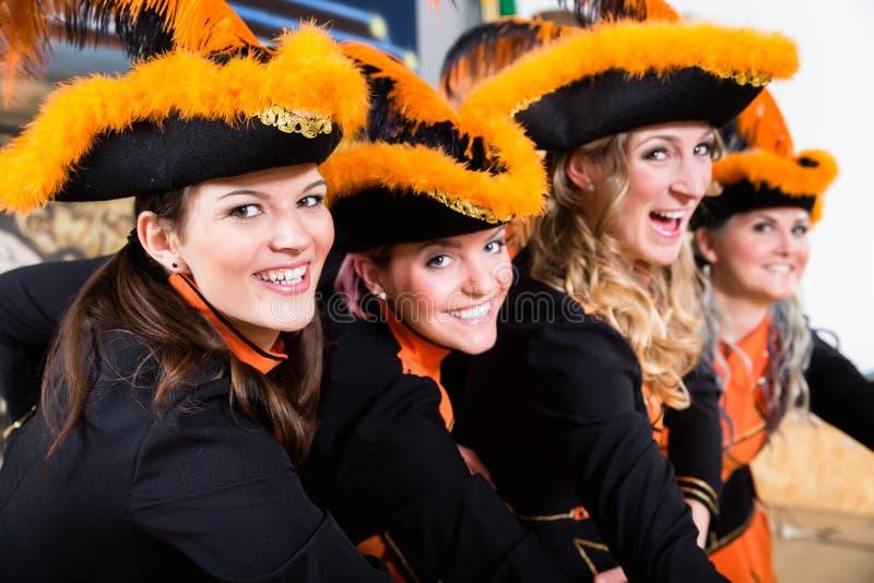 在狂欢节Fasching的德国民间传说小组跳舞在罗斯Monda 库存照片