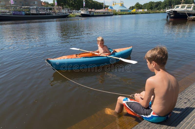 在独木舟的孩子 免版税库存图片