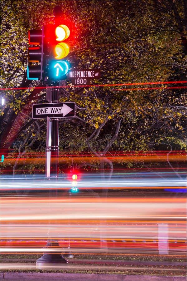 在独立大道洗涤物的冲的汽车轻的条纹交通 库存图片