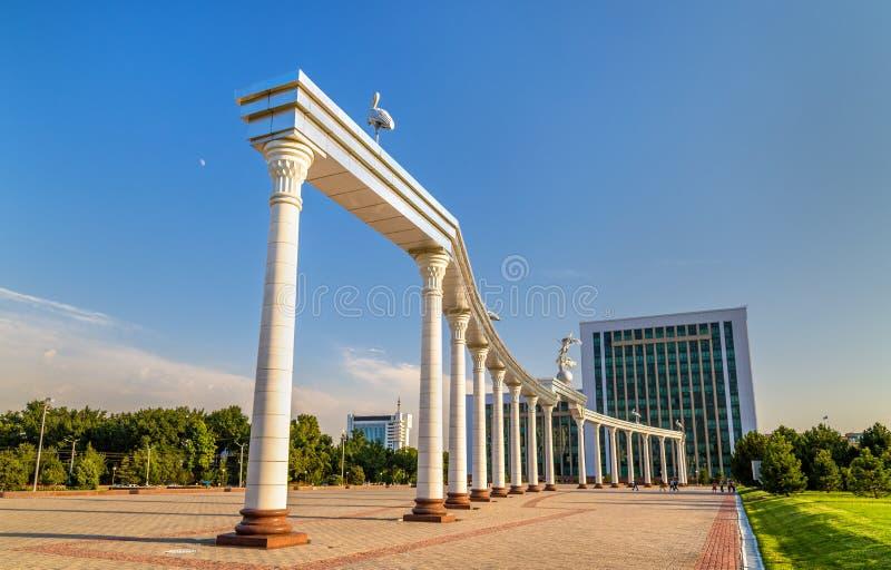 在独立广场的Ezgulik曲拱在塔什干,乌兹别克斯坦 库存照片