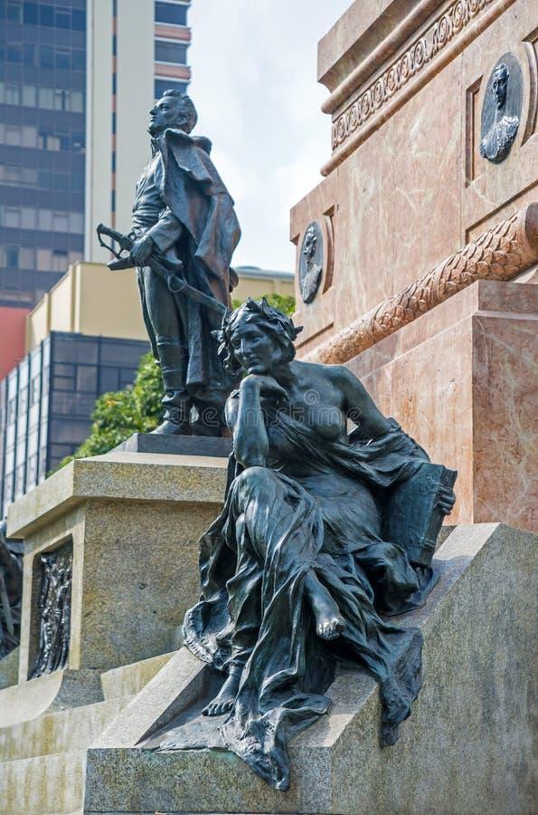 在独立纪念碑,瓜亚基尔,厄瓜多尔的基地的两个雕象 库存照片