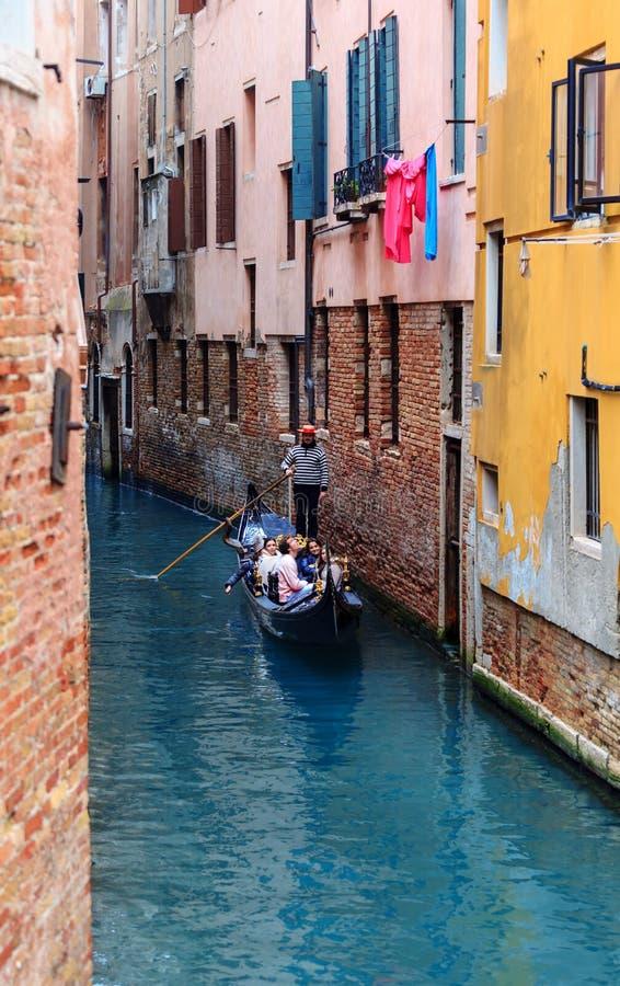 在狭窄的威尼斯式运河的典型的长平底船 免版税库存照片