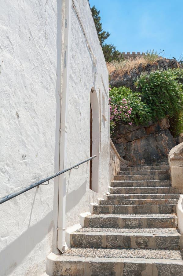 在狭窄的胡同的街道视图有住宅白涂料家庭的 海岛罗得斯 欧洲 库存照片