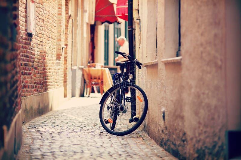 在狭窄的街道上的Bycicle在阿姆斯特丹 免版税库存照片