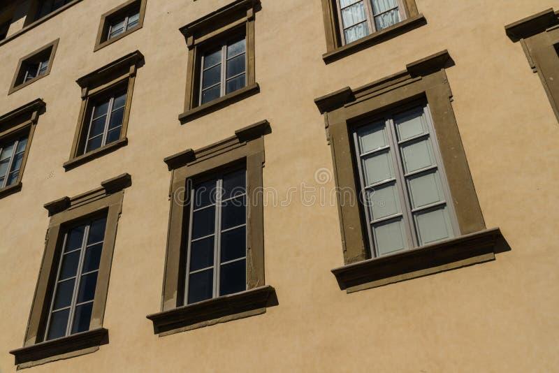 在狭窄的街道,佛罗伦萨的老居民住房前面 库存图片