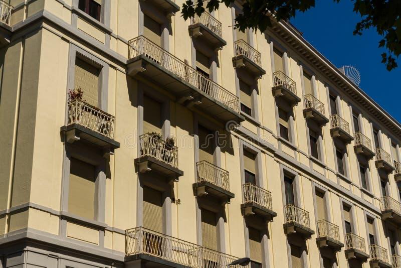 在狭窄的街道,佛罗伦萨的老居民住房前面 免版税库存照片