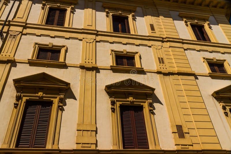 在狭窄的街道,佛罗伦萨的老居民住房前面 免版税图库摄影