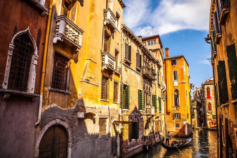 在狭窄的运河特写镜头的传统长平底船2016年8月17日在威尼斯,意大利 库存图片
