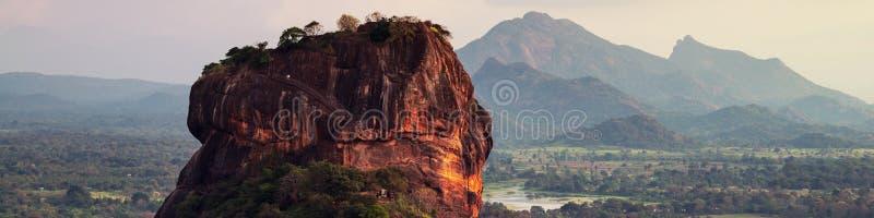 在狮子岩石的日落在锡吉里耶,斯里兰卡 免版税图库摄影