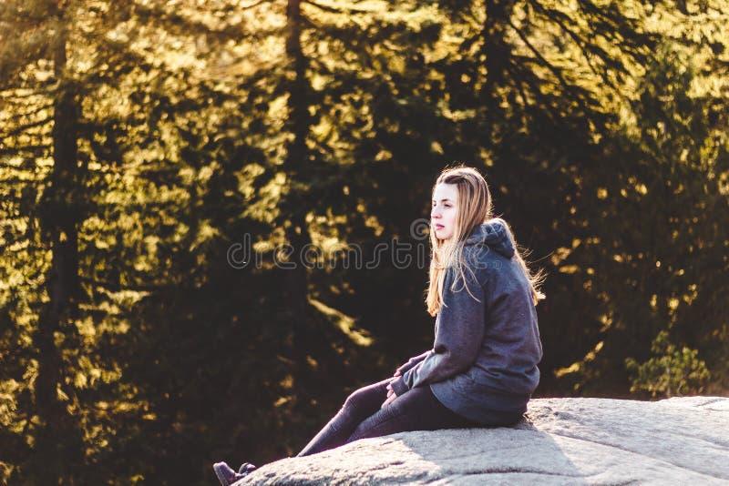 在猎物岩石顶部的女孩在北温哥华区, BC,加拿大 免版税库存照片