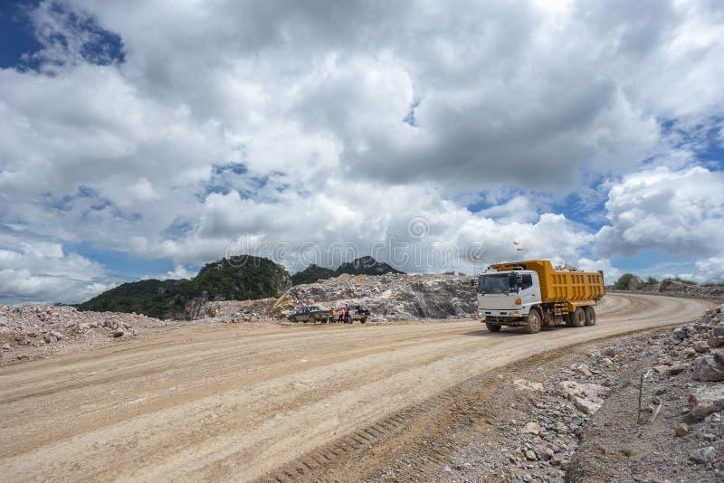 在猎物的倾销者卡车运载的岩石 免版税库存照片