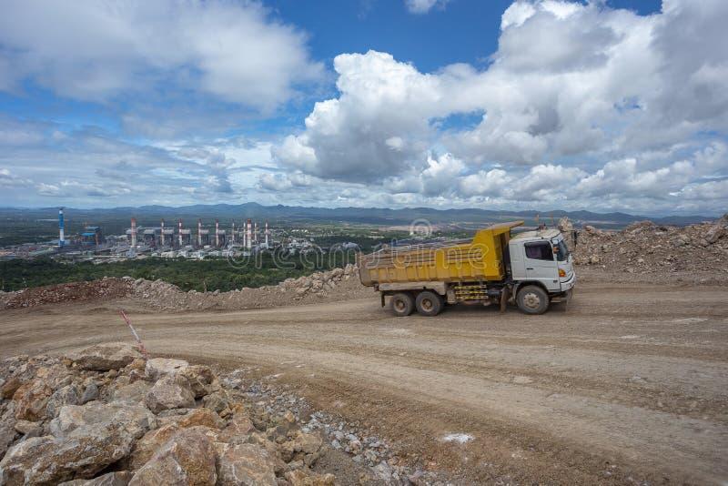 在猎物的倾销者卡车运载的岩石 免版税图库摄影