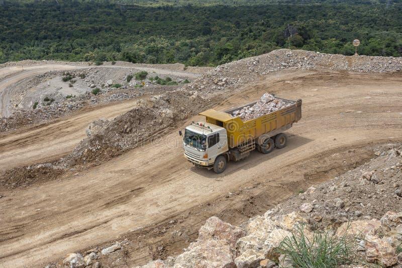 在猎物的倾销者卡车运载的岩石 库存照片